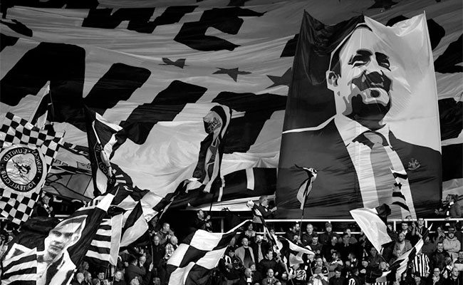 rafa-benitez-flag-gallowgate-end-fans-newcastle-united-nufc-bw-650x400